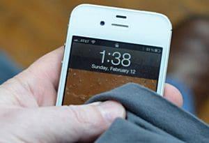 просушите iPhone с помощью сухой ткани